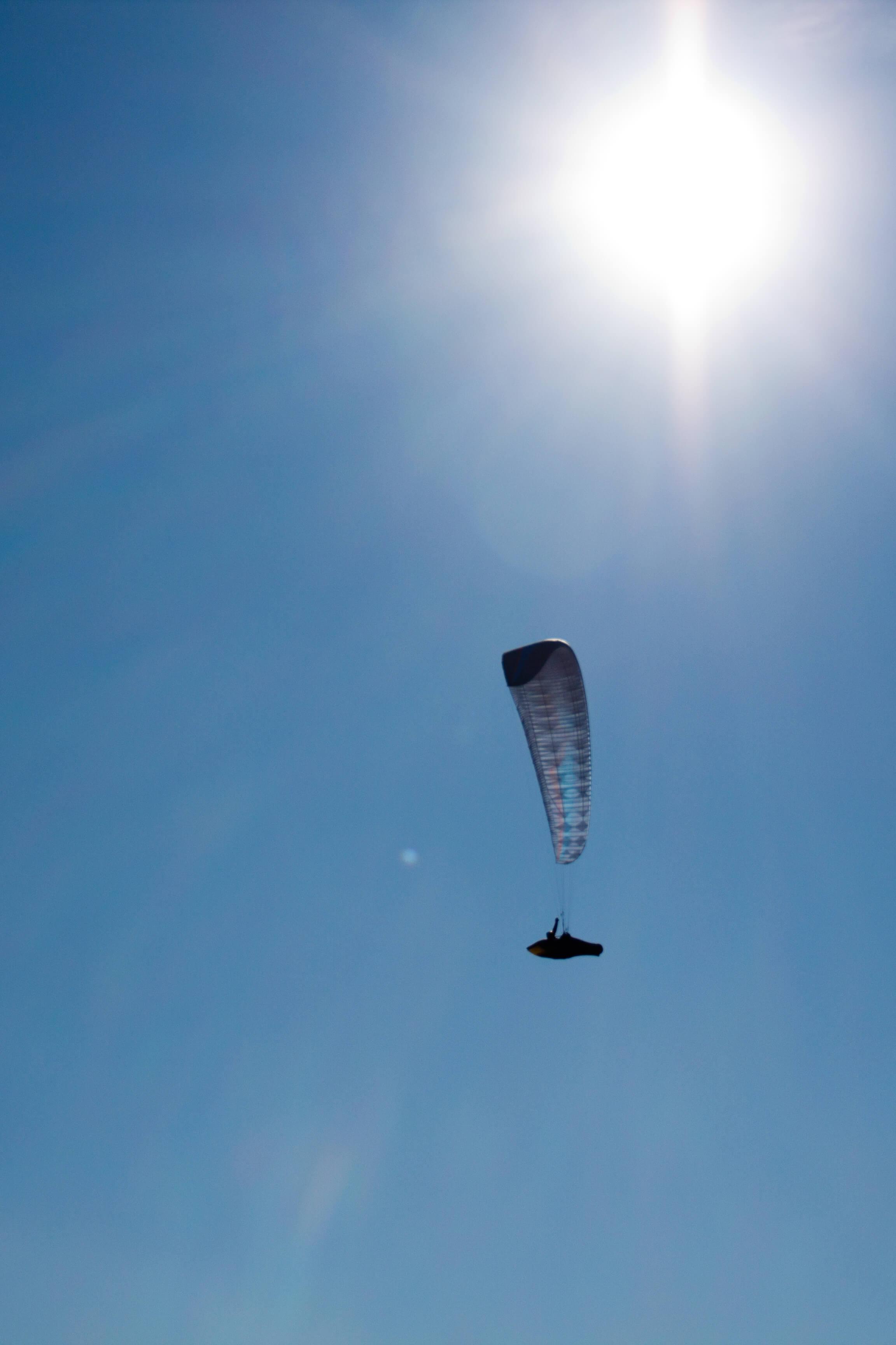 Les parapentes profitent de l'air qui chauffe au soleil