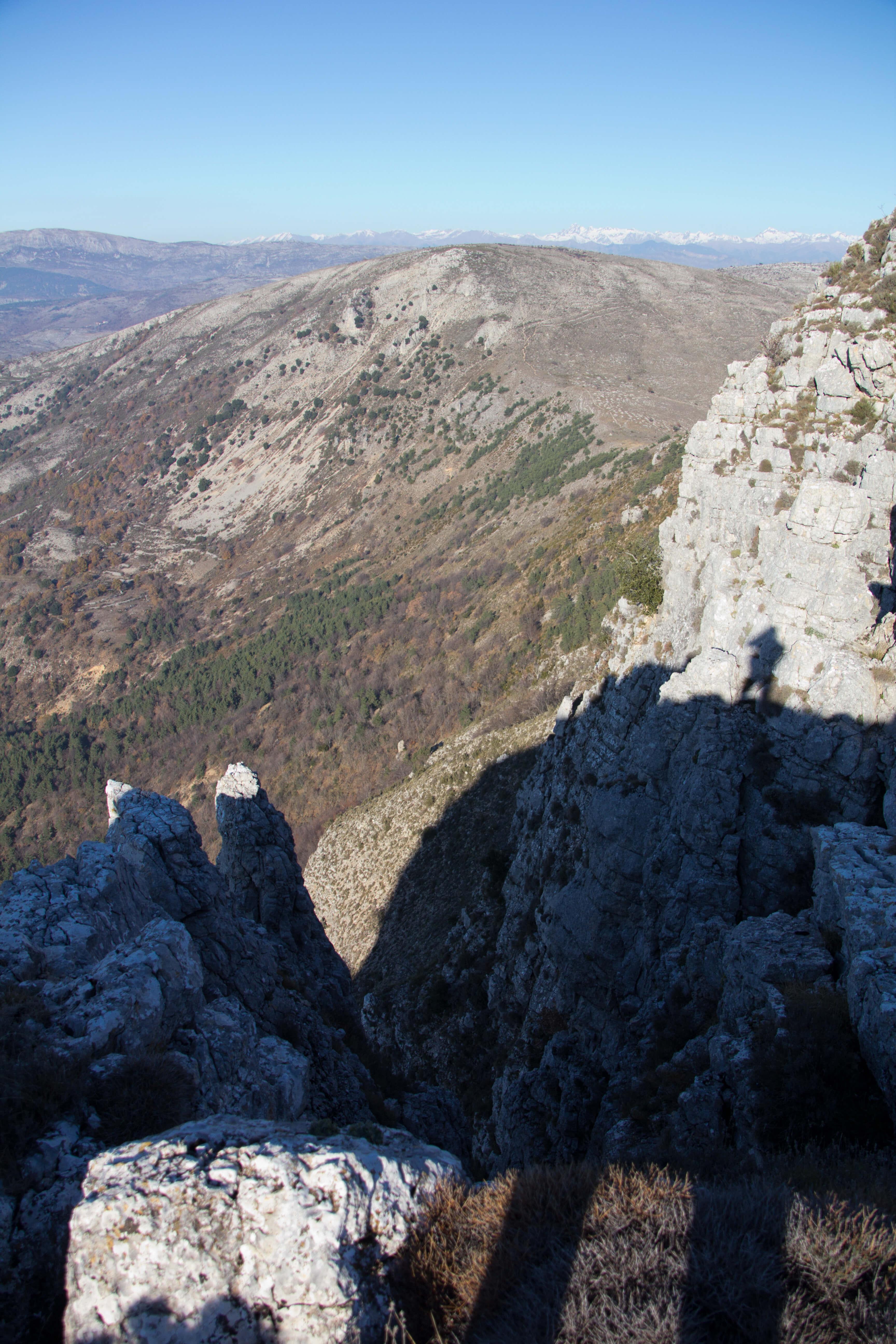Le long de la falaise au nord ouest du pic