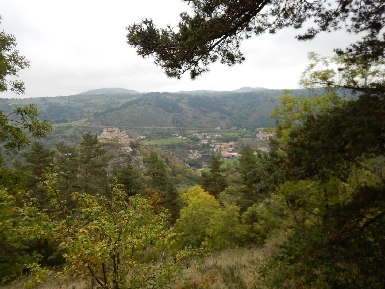 Le prochain village apparait à travers la forêt