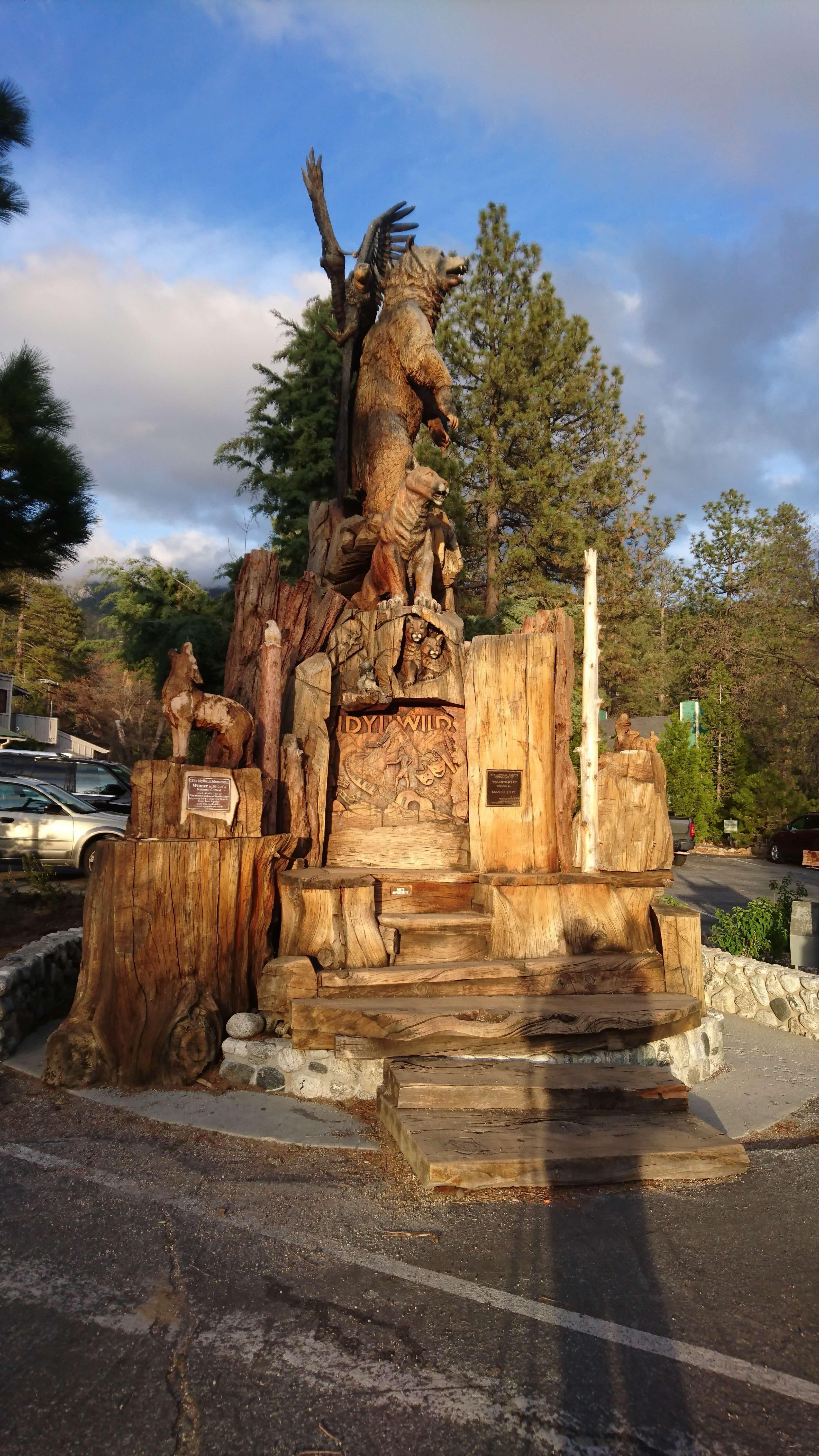 Le Totem étrange à l'entrée d'Idyllwild