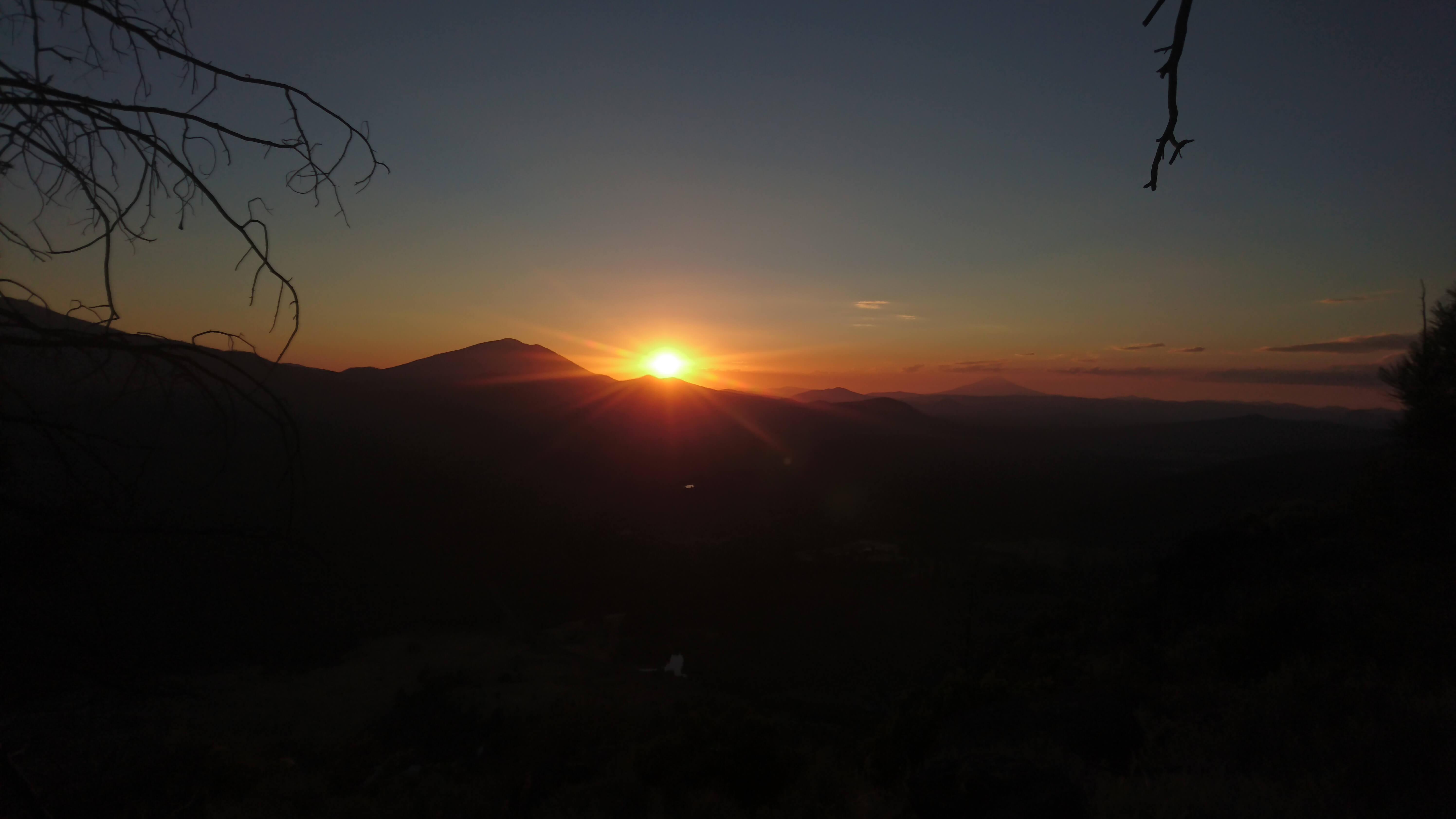 Burney Montain dans le couchant, Mont Shasta au loin
