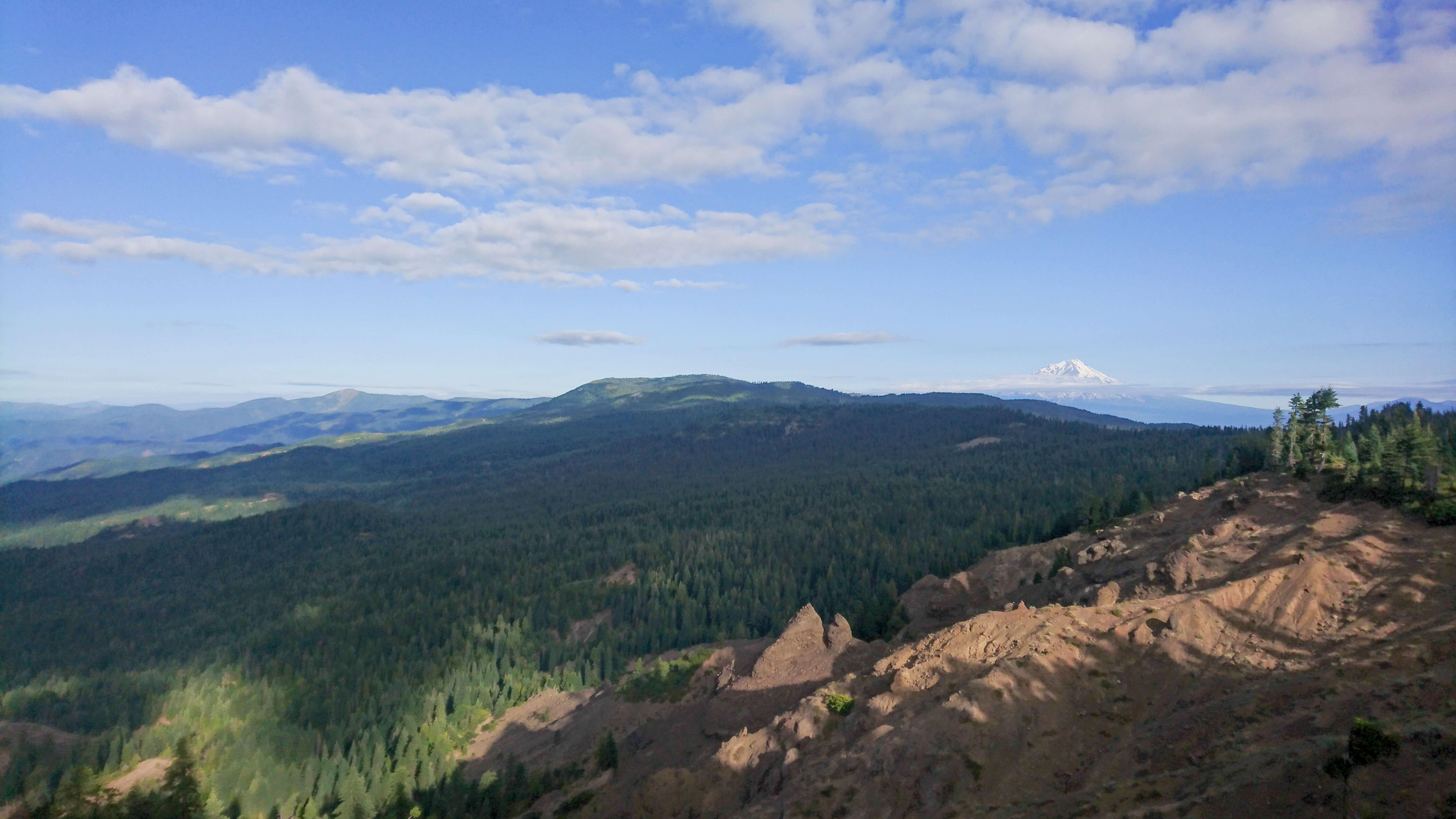 Vue sur les crêtes et le Mont Shasta